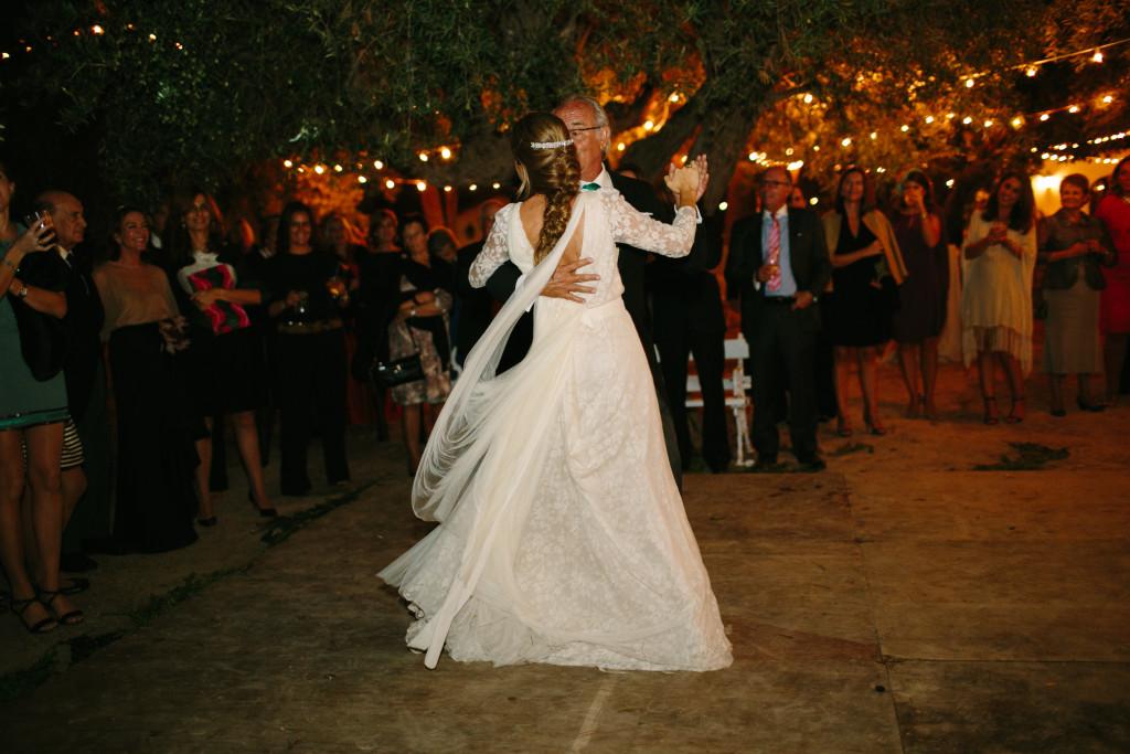 Rocío bailando con su padre el vals que le enseñó su tía Marisa by ©Paula G. Furio