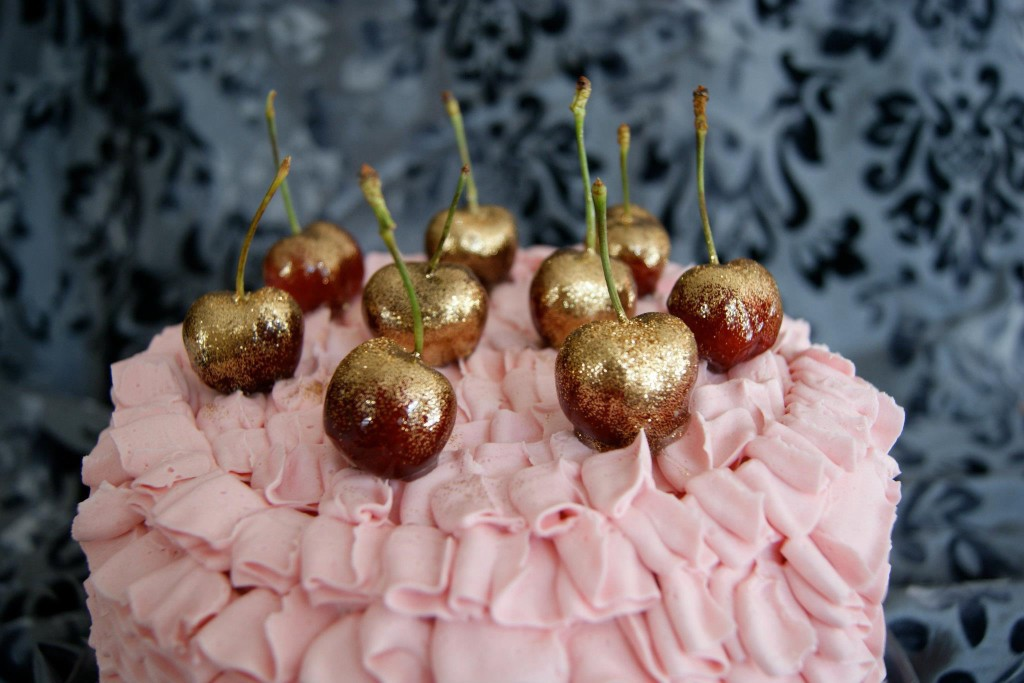 Tarta de Caperucita Cupcakes acabada con cerezas y glitter .