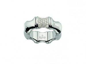 Anillo Gucci Bamboo en oro blanco de 18k y diamantes talla brillante.