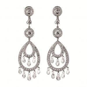 Pendientes en oro blanco adornados con diamantes talla briolette y pavé de diamantes talla brillante de Boucheron