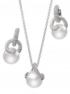 Pendientes y colgante en oro blanco y diamantes con perlas blancas Mar del Sur de Mikimoto