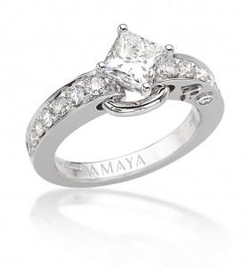 Sortija solitario en oro blanco con diamante central talla princesa 0,98 cts y diamantes talla brillante -Certificado Gia