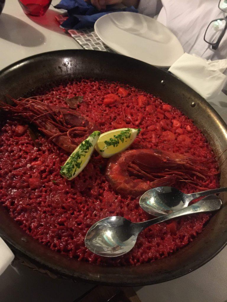 Un arroz con gambas y pescado fresco
