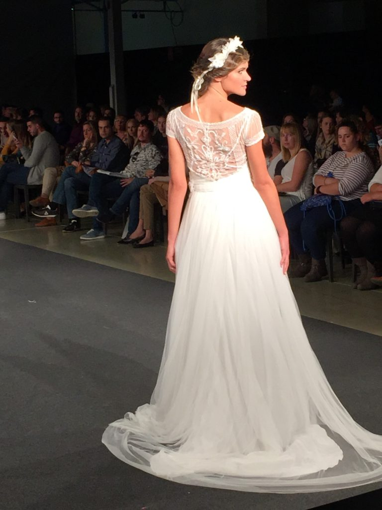 Vestido de tul y encaje con espalda preciosa de Rosana Cantó y tiara de Raquel Fernandez de Palencia