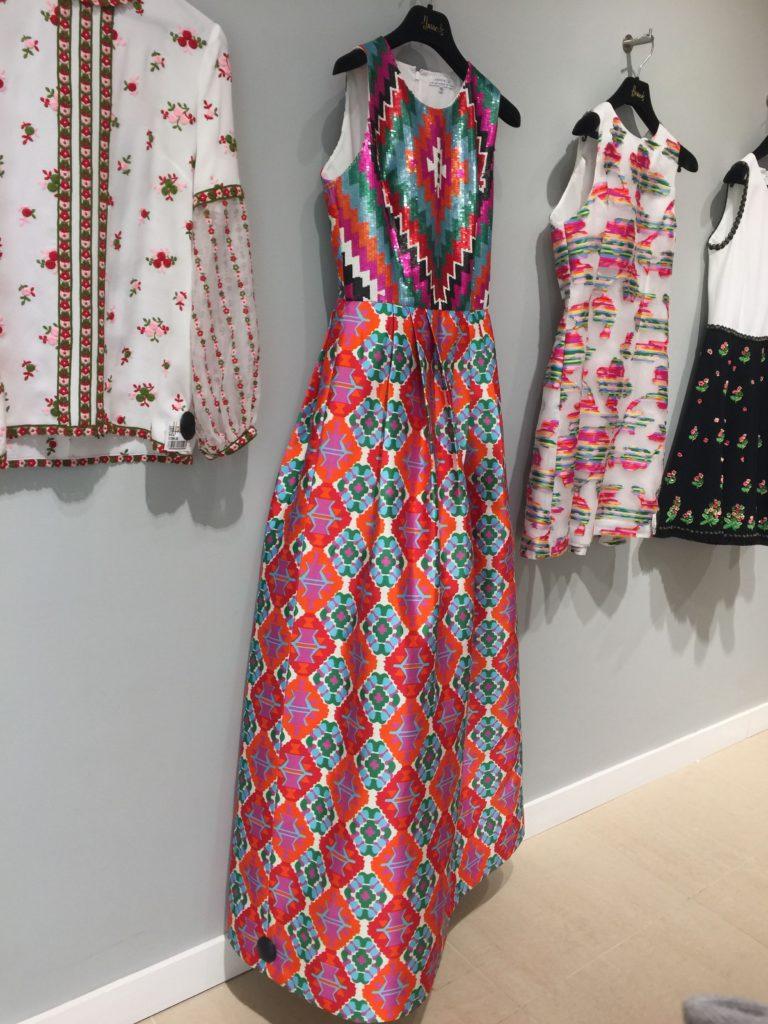 Vestidos florales en tonos fucsias y turquesas, largos y cortos.