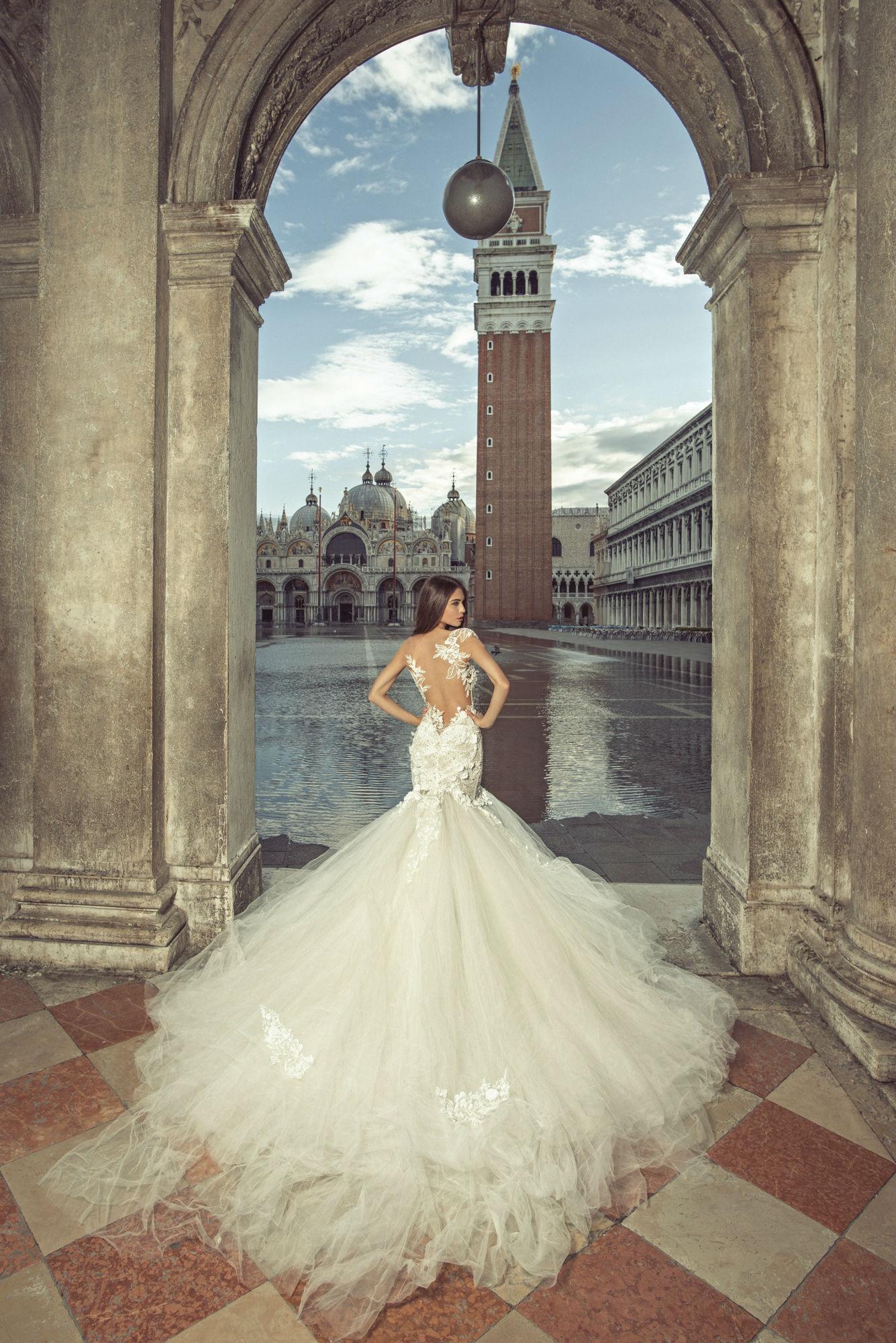 6a19a6ab0e Las asesoras escuchan a la novia y eligen los modelos en base a lo que está  pidiendo tanto estilo como presupuesto